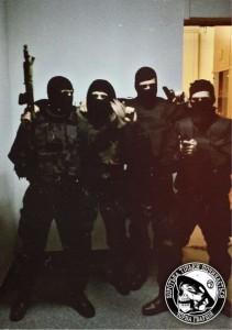 Grupo de anarquistas pro-Maidan posando para una foto