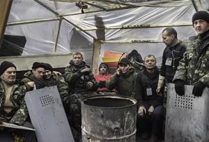Un grupo de hombres jóvenes que recientemente se unió a la Milicia de Defensa.