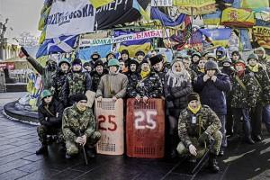 Miembros de la Defensa de la milicia en Euromaidán. En el de la izquierda da un saludo nazi.