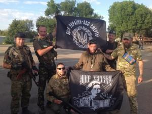 ¡Que mejor pretexto para la socialdemocracia! Principalmente la leninista, la trotskista y stalinista; ahora podrán decir con todo gusto y seguridad que Makhno era un borracho, violador y líder de Kulaks. En la foto: nacionalistas ucranianos con la bandera del escudo nacionalista y la imágen de N. Makhno.